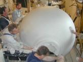 Modelarbejde for billedhugger Mogens Møller. Trækning af vase i gips til udsmykning til Ollerup. H.230 B.95 cm. 2004.  Broncestøberiet har værktøj til at trække emner i gips op til 4 x 2 meter. Foto: Broncestøberiet
